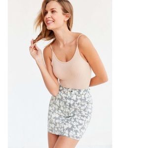 UO / BDG / FLORAL PATTERN DENIM MINI SKIRT